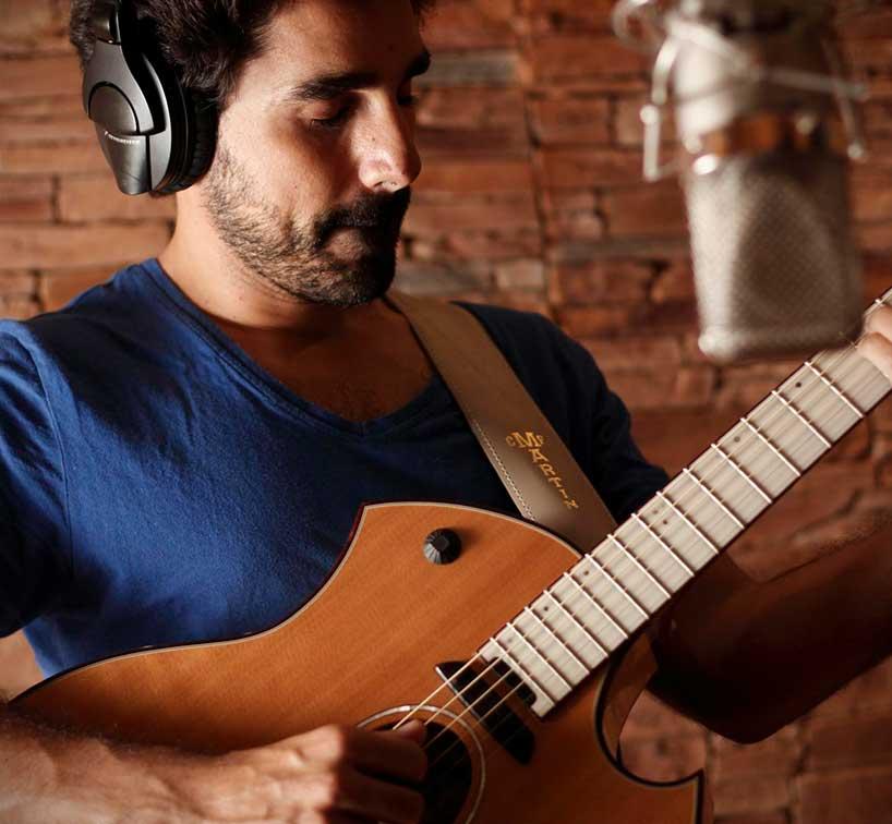 Miguelo Delgado con guitarra en grabación de estudio