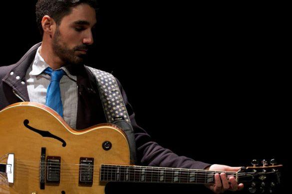 Miguelo delgado con guitarra - foto de estudio