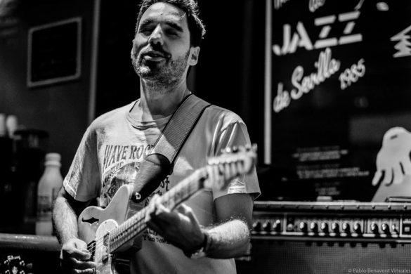 Miguelo Delgado con guitarra en concierto en Naima Café-Jazz