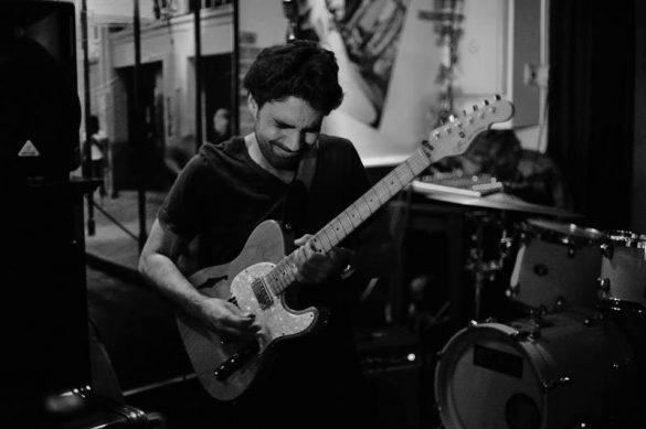 Miguelo Delgado con guitarra en concierto